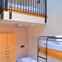 Die zweistöckigen Schlafzimmer im Gruppenhaus Donegal Hostel in Irland.