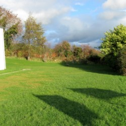 Wiese für Spiel und Sport am Gruppenhaus Lackan House für Kinder und Jugendfreizeiten in Irland.
