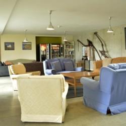Gruppenraum mit Sitzecke und Sofas im Freizeitheim Lackan House in Irland.