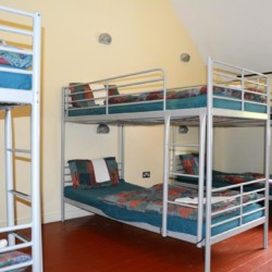 Etagenbetten im Mehrbettzimmer im Gruppenheim Lackan House in Irland.