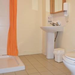 Sanitäre Anlagen mit Dusche, Waschbecken und WC im Gruppenheim Lackan House in Irland.
