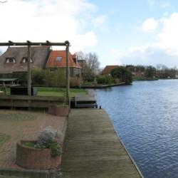 Das Doevehuis in den Niederlanden liegt direkt am Wasser.