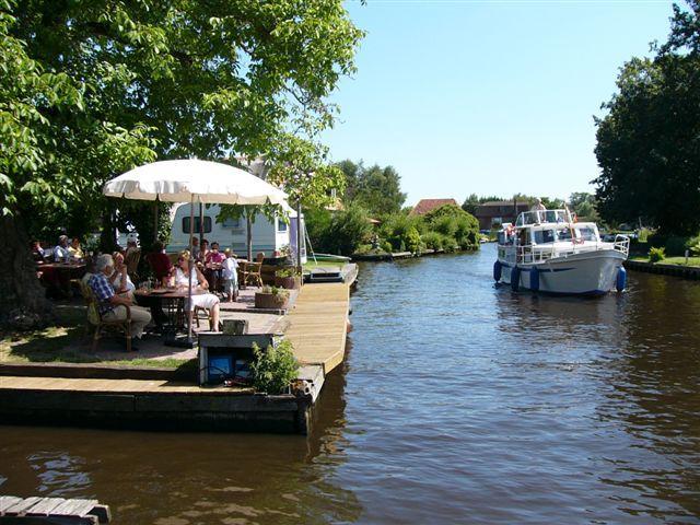 Das niederländische Gruppenhaus Doevehuis liegt direkt am Kanal.