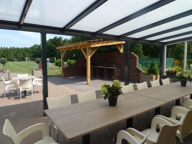 Die Terrasse mit Gartenmöbeln am Gruppenhaus Zwalwnest in den Niederlanden.