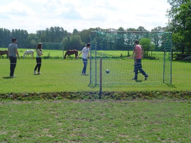Fußballplatz inklusive Tore am Gruppenhaus Het Lohr*** in den Niederlanden.