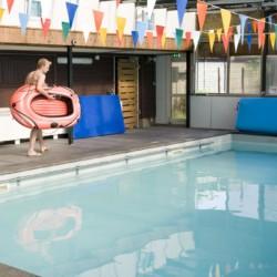 Überdachtes Schwimmbecken am niederländischen Gruppenhaus Het Lohr*** für Kinder und Jugendfreizeiten.