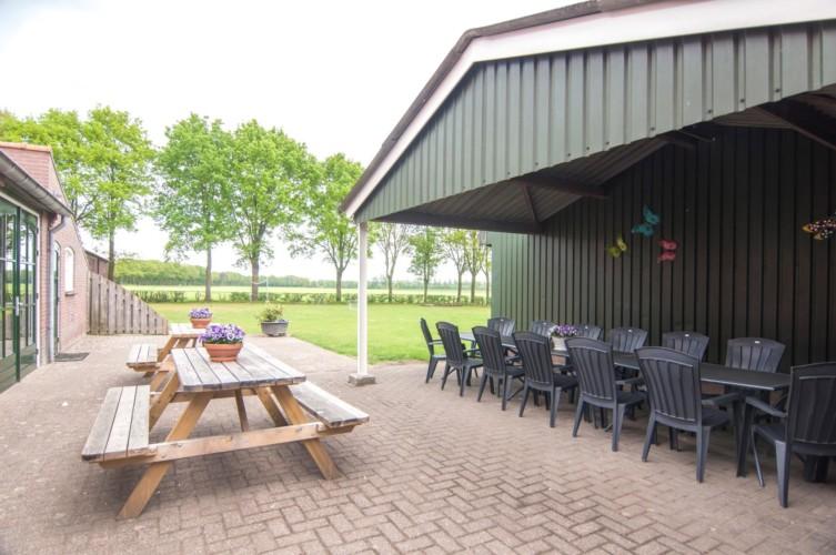 überdachte Terrasse vom niederländischen Freizeitheim de Putte für Jugendfreizeiten