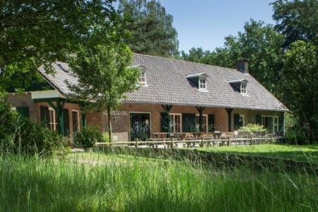 Das niederländische Gruppenhaus de Repelaerhoeve am Waldrand.