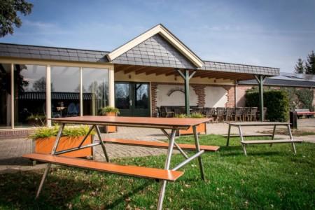 Terrasse und Garten des Freizeitheims De Rowaldhoeve Boerderij in den Niederlanden.
