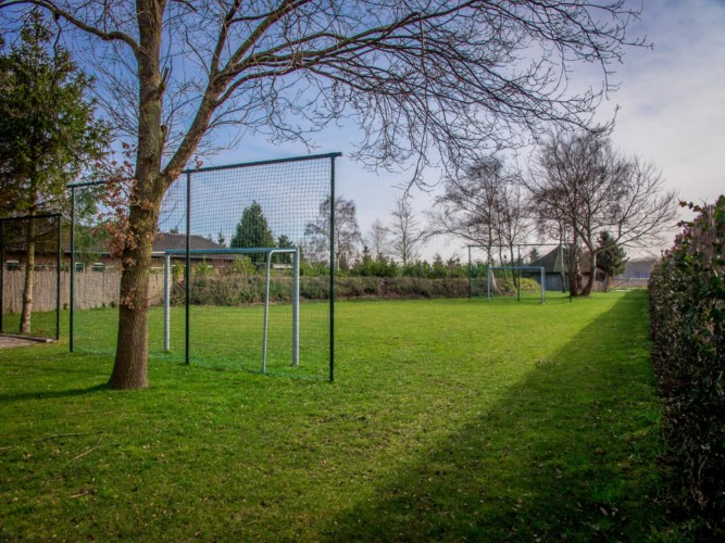 Die große Spielwiese am Gruppenhaus Rowaldhoeve Boerderij in den Niederlanden.
