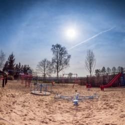 Ein Spielplatz am Gruppenhaus De Rowaldhoeve Boerderij in den Niederlanden.