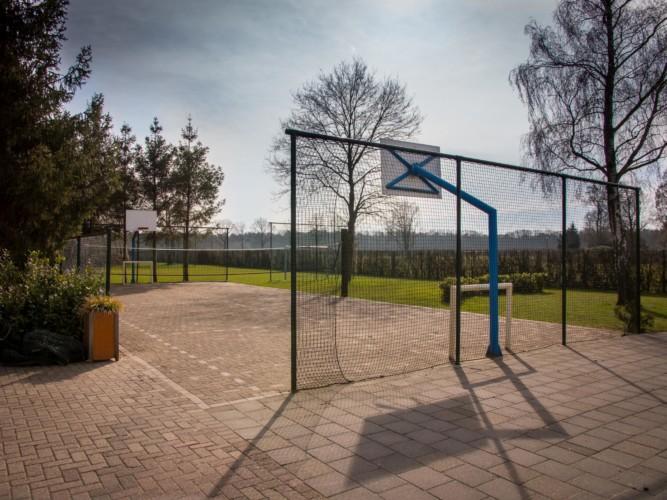 Der Basketballplatz am niederländischen Gruppenhaus De Rowaldhoeve Boerderij.