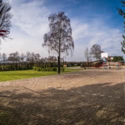 Der Hartplatz am niederländischen Gruppenhaus er Außenbereich des Gruppenhauses Rowaldhoeve Boerderij in den Niederlanden.