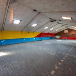 Ein überdachter Sportbereich im niederländischen Freizeitheim De Rowaldhoeve Boerderij.