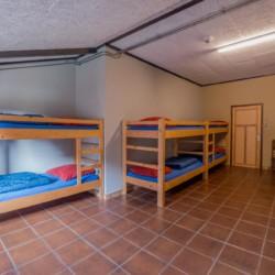 Ein Zimmer mit Betten im Guppenhaus Rowaldhoeve Boerderij in den Niederlanden.