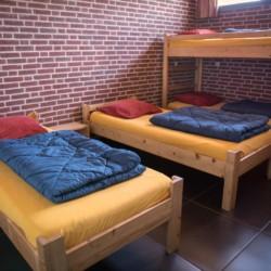 Ein Zimmer mit Stockbetten im niederländischen Gruppenhaus Rowaldhoeve Boerderij.
