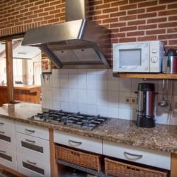 Der Küchenbereich im Gruppenhaus Rowaldhoeve Boerderij in den Niederlanden.