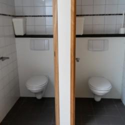 Die sanitären Anlagen des Gruppenhotels De Rowaldhoeve Boerderij in den Niederlanden.