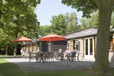 1 JUR/ HCR Die Terrasse am Gruppenhaus Landerij in den Niederlanden.