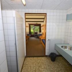Das Badezimmer im Freizeitheim Zwerfsteen in den Niederlanden.