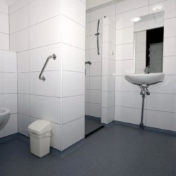 Rollstuhgerechtes Badezimmer im Gruppenhaus Zwerfsteen in den Niederlanden.