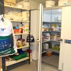 Ein Teil der großen Küche im Gruppenhaus Kvinatun in Norwegen.