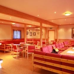 Der Gruppenraum im Freizeitheim Kvinatun in Norwegen.