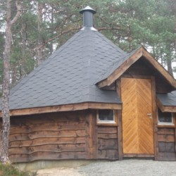 Der Außenbereich des Freizeitheims Kbvinatun in Norwegen.