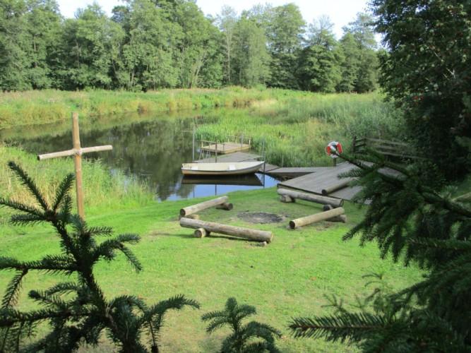 Der Fluss am Gruppenhaus Broddetorp in Schweden.