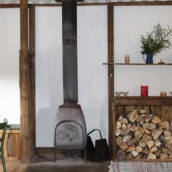 Der Kamin im Gruppenhaus Berghems in Schweden.