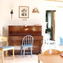 Ein Klavier im Freizeitheim Berghems in Schweden.