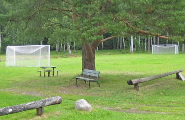 Außengelände vom schwedischen Gruppenhaus Däldenäs direkt am See für Kinderfreizeiten
