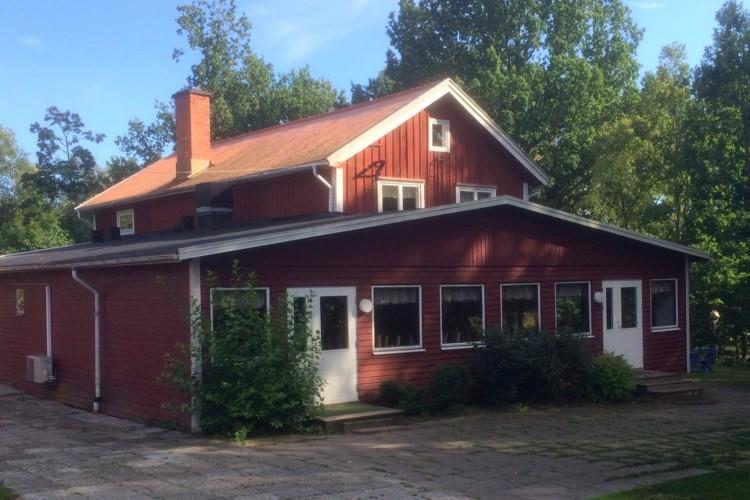 Das schwedische Gruppenhaus Flahult Ungdomsgård für Kinder und Jugendfreizeiten am See.