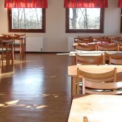 Speisesaal im schwedischen Freizeitheim Flahult Ungdomsgård für Kinder und Jugendgruppen.