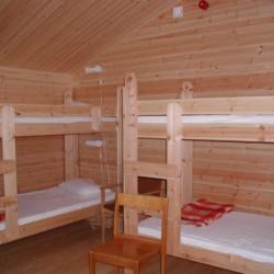 Ein Schlafzimmer mit Etagenbetten im schwedischen Freizeitheim Flahult Ungdomsgård.