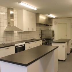 Küche für Selbstverpflegung im schwedischen Freizeithaus Flahult Ungdomsgård für Kinder und Jugendreisen.