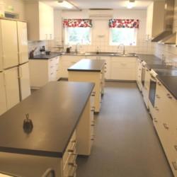 Große Küche für Selbstverpflegung im schwedischen Gruppenhaus Flahult Ungdomsgård für Kinder und Jugendfreizeiten.