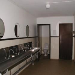 Sanitäre Anlagen mit WC und Waschbecken im Freizeitheim Flahult Ungdomsgård in Schweden für Kinder und Jugendgruppen.