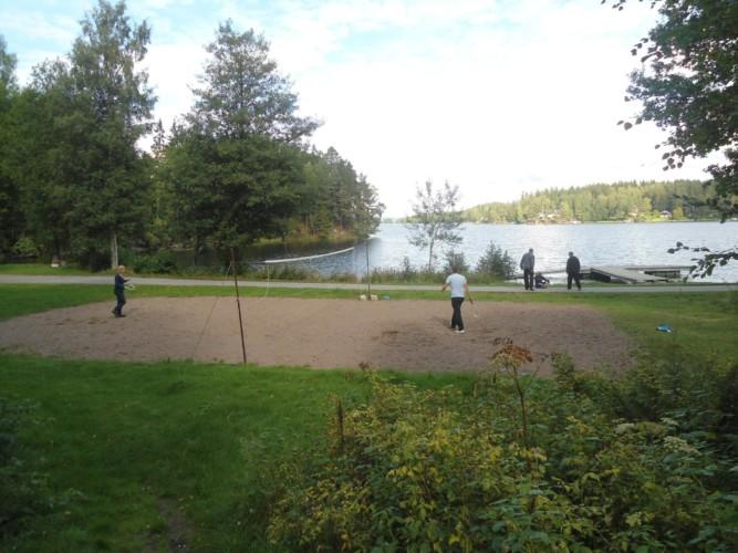Volleyball und Federball am See am schwedischen Freizeithaus Greagarden.