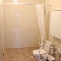 Duschraum mit Einzeldusche im Ferienhaus Greagarden in Schweden.
