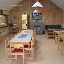 Gruppenraum im schwedischen Freizeitheim Gustavs Sommargard am Meer für Jugendfreizeiten
