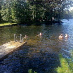 Die Badebrücke am See des Gruppenhauses Gussjöstugan in Schweden.