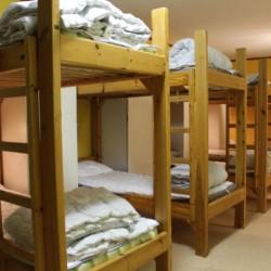 Mehrbettzimmer im schwedischen Freizeithaus Gussjöstugan für Kinder und Jugendreisen.