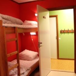 Schlafraum im schwedischen Freizeithaus Gussjöstugan für Kinder und Jugendreisen.