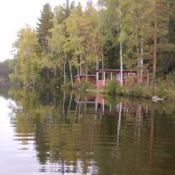 Der Badesee des schwedischen Freizeithauses Gussjöstugan für Kinder und Jugendreisen.