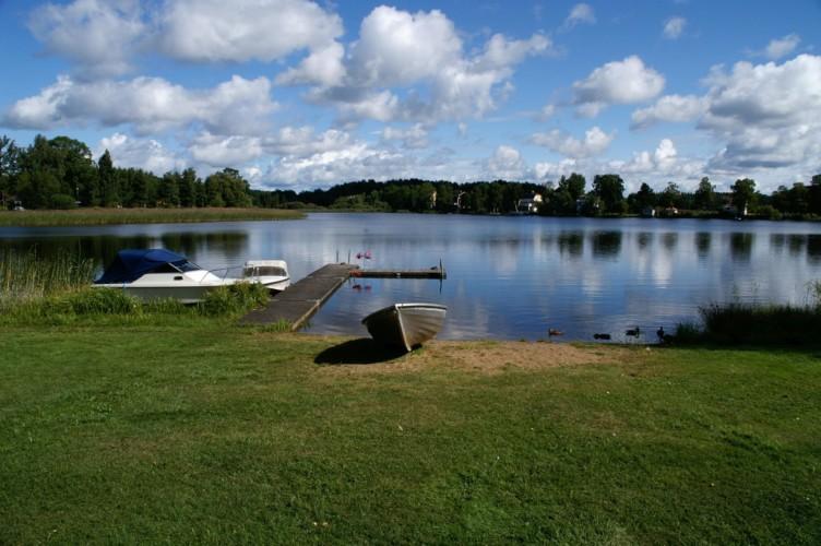 Badeplatz mit Boot am Freizeitheim Idrottsgården i Flen in Schweden.