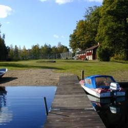 Bootstouren auf dem See am Freizeithaus Idrottsgården i Flen in Schweden.