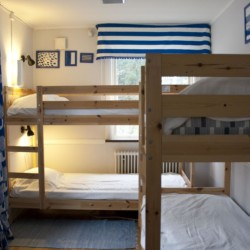 Vierbettzimmer im Freizeithaus Idrottsgården i Flen in Schweden.