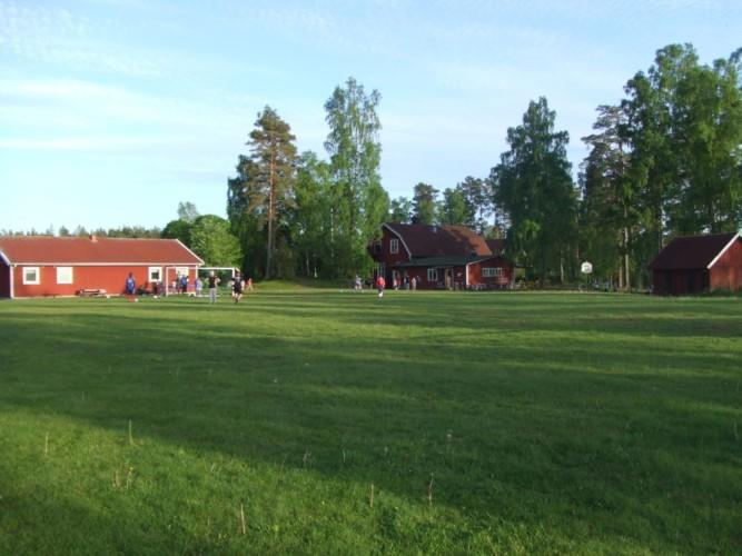 Außengelände des schwedischen Freizeitheims Långserum Fritidsgård direkt am See