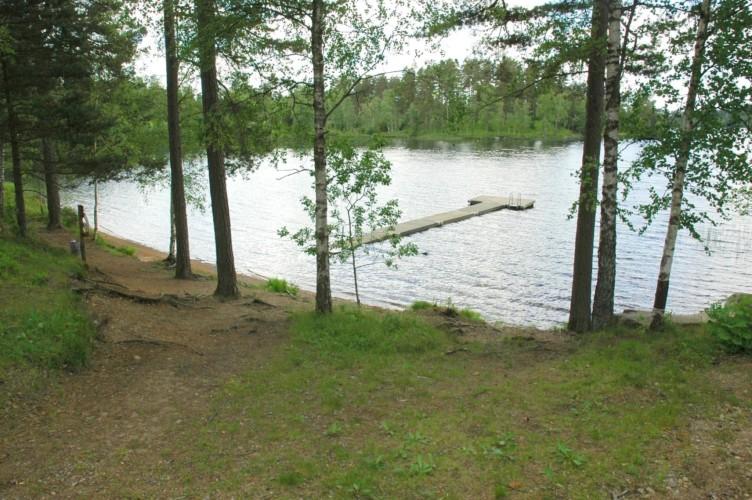 Badesteg am schwedisches Freizeitheim Långserum Fritidsgård direkt am See